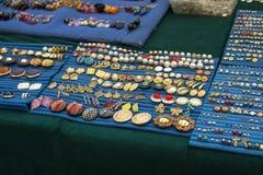 Accesorios en venta en un mercado de pulgas Fotografía de archivo