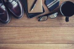 Accesorios en viejo fondo de madera, temas de los hombres del negocio Foto de archivo libre de regalías