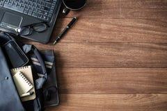 Accesorios en viejo fondo de madera, temas de los hombres del negocio Imagen de archivo libre de regalías