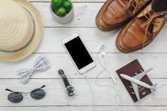 Accesorios esenciales de la visión superior a viajar El concep del viaje de los artículos Foto de archivo