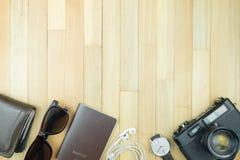 Accesorios esenciales de los artículos del viajero, hoja tropical en la parte posterior de madera Fotos de archivo libres de regalías
