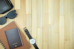 Accesorios esenciales de los artículos del viajero, hoja tropical en la parte posterior de madera Fotografía de archivo