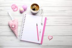Accesorios femeninos con el cuaderno y la taza de café en blanco en blanco Fotos de archivo
