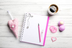 Accesorios femeninos con el cuaderno y la taza de café en blanco en blanco Imagenes de archivo