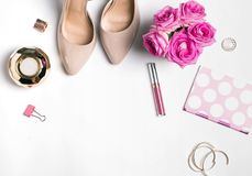Accesorios femeninos con las rosas y los zapatos Fotos de archivo