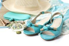 Accesorios femeninos con los zapatos de la turquesa Imagenes de archivo