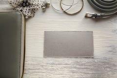 Accesorios femeninos: correa de los pendientes de las pulseras de la cartera con una tarjeta de la nota y de visita Imagenes de archivo