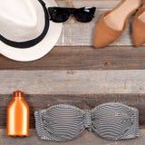 Accesorios femeninos de la playa del traje de baño en el fondo blanco Fotos de archivo libres de regalías