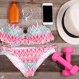 Accesorios femeninos de la playa del traje de baño en el fondo blanco Imágenes de archivo libres de regalías