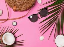 Accesorios femeninos de las vacaciones en el fondo rosado, visión superior imagen de archivo