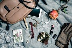 Accesorios femeninos del bolso sobre fondo gris Fotos de archivo