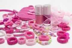 Accesorios femeninos del pelo y del clavo de la moda rosada: clips, banda y cintas, pernos y arco Podadoras y apretones de pelo d Imagenes de archivo