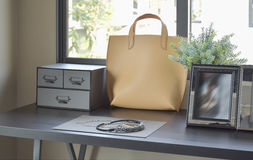 Accesorios femeninos del ` s con el bolso y la joyería en el tocador Imagenes de archivo