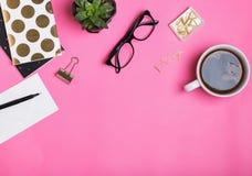 Accesorios femeninos del trabajo en fondo rosado Imagenes de archivo