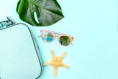 Accesorios femeninos del viaje en fondo azul verano imágenes de archivo libres de regalías