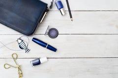 Accesorios femeninos El bolso y el azul azul marino componen Imagenes de archivo