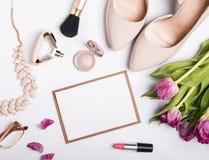 Accesorios femeninos elegantes del color beige y papel en blanco con Imagenes de archivo
