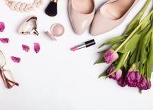 Accesorios femeninos elegantes del color beige y tulipanes rosados en w Foto de archivo