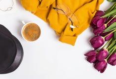 Accesorios femeninos elegantes y brillantes y tulipanes púrpuras Imágenes de archivo libres de regalías