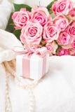 Accesorios femeninos en blanco Foto de archivo libre de regalías