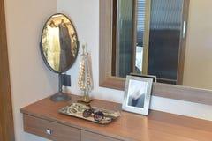 Accesorios femeninos en el tocador de madera Foto de archivo libre de regalías
