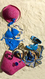 Accesorios femeninos en la arena Fotos de archivo libres de regalías