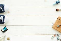 Accesorios femeninos en piso de madera Fotografía de archivo
