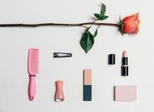 Accesorios femeninos en tonos rosados sobre el fondo blanco Fotografía de archivo
