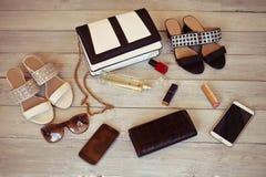 Accesorios femeninos en un fondo de madera blanco: bolso, perfume, s Fotos de archivo libres de regalías