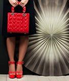 Accesorios femeninos Handbad rojo y zapatos Foto de archivo