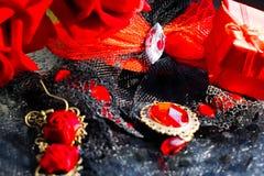 Accesorios femeninos negros y rojos en un sistema elegante del vintage Imágenes de archivo libres de regalías