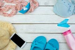 Accesorios femeninos sombrero, traje de baño, protección solar, gafas de sol, sombrero, teléfono, chancletas y endecha del plano  Imagen de archivo libre de regalías