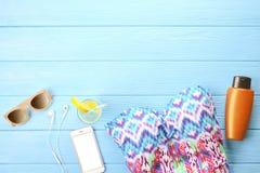 Accesorios femeninos traje de baño de la playa del verano, protección solar, gafas de sol, sombrero, coctail fresco y endecha del Imagenes de archivo