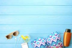 Accesorios femeninos traje de baño, protección solar, gafas de sol, sombrero, endecha del plano de las chancletas, visión superio Fotos de archivo