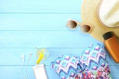 Accesorios femeninos traje de baño, protección solar, gafas de sol, sombrero, endecha del plano de las chancletas, visión superio Fotografía de archivo libre de regalías