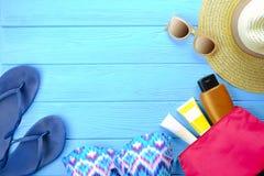 Accesorios femeninos traje de baño, protección solar, gafas de sol, sombrero, endecha del plano de las chancletas, visión superio Foto de archivo