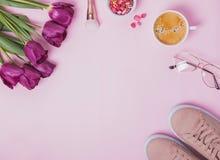 Accesorios femeninos, tulipanes púrpuras y café Imagen de archivo