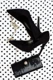 Accesorios femeninos Zapatos negros con el bolso Fotos de archivo libres de regalías