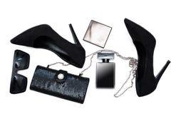 Accesorios femeninos Zapatos negros con perfume y el acceso Fotografía de archivo libre de regalías