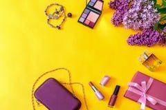 Accesorios, flores, cosméticos, perfume y joyería femeninos de la moda en fondo amarillo brillante Concepto femenino, tarjeta de  fotos de archivo