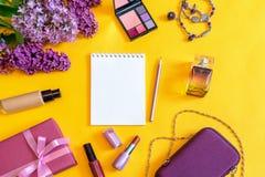 Accesorios, flores, cosméticos, perfume y joyería femeninos de la moda en fondo amarillo brillante Concepto femenino, tarjeta de  imágenes de archivo libres de regalías