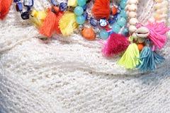 Accesorios hechos a mano coloridos en la bufanda de las lanas Imagenes de archivo