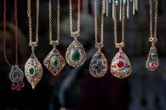 Accesorios hechos a mano de la plata o del metal en un bazar Imagenes de archivo