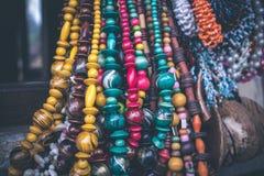 Accesorios hechos a mano que cuelgan en la tienda en una isla tropical de Bali, Indonesia Fotografía de archivo libre de regalías
