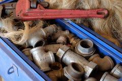 Accesorios llenos del tubo de los fontaneros de la caja de herramientas Foto de archivo libre de regalías