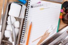 Accesorios médicos con el cuaderno en blanco Foto de archivo