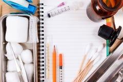 Accesorios médicos con el cuaderno en blanco Imagen de archivo