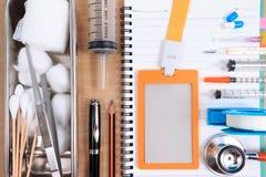 Accesorios médicos con el cuaderno en blanco Fotos de archivo