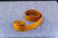 Accesorios maravillosamente presentados para la costura en un fondo de los vaqueros Fotos de archivo
