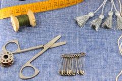 Accesorios maravillosamente presentados para la costura en un fondo de los vaqueros Fotos de archivo libres de regalías